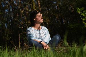 Lisa zittend op de grond in het bos