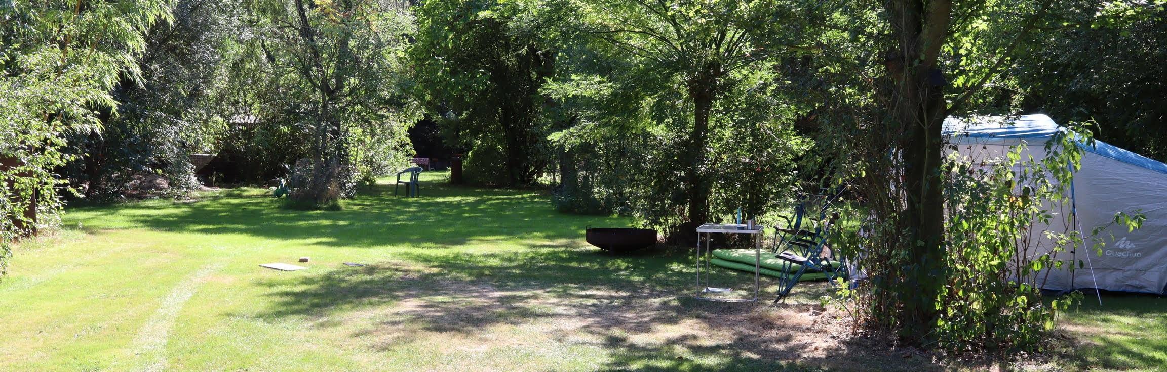 De tent van Lisa zie je samen met de natuurrijke omgeving van het kampeerterrein