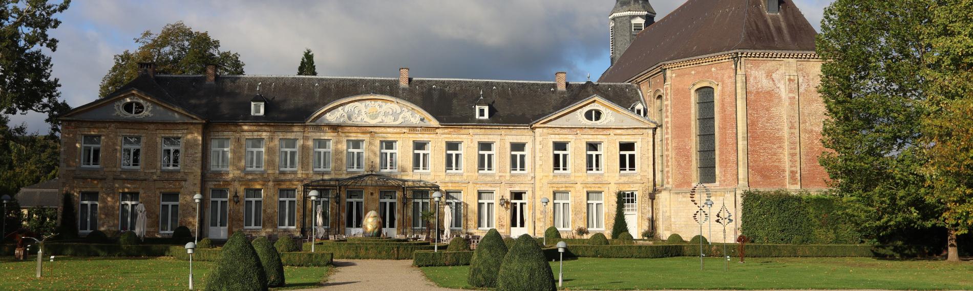 Het chateau is zichtbaar met eromheen bomen